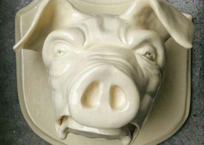 Sur gris på skjold i glaseret ler
