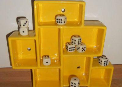 Hylder lavet af keramik i gul