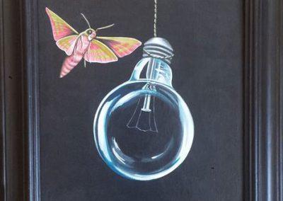 Maleri af elektrisk pære og en lyserød sommerfugl