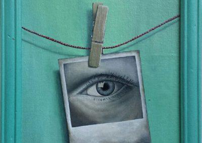 Maleri af snor med klemme der holder et foto af et øje der kigger