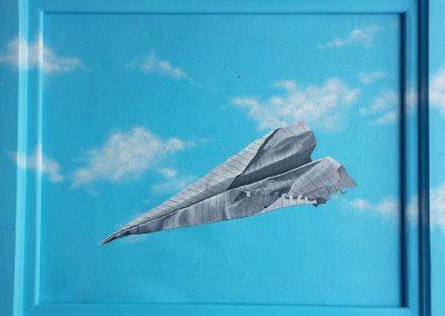 Maleri af en papirflyver lavet med krøllet, linjeret papir på blå himmel og skyer