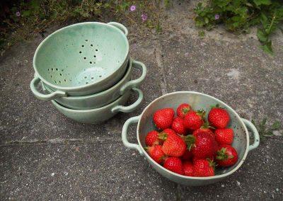 Dørslag i grøn keramik med jordbær